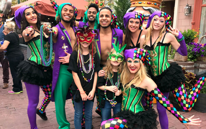 Mardi Gras Karneval feiern auf Amerikansich Perlenkette aus Plastikperlen in Violett Goldgelb Grün sehr beliebt