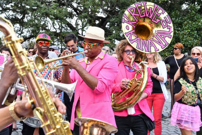 Mardi Gras Karneval feiern auf Amerikansich Staßenmusiker in New Orleans Wiege der Jazzmusik