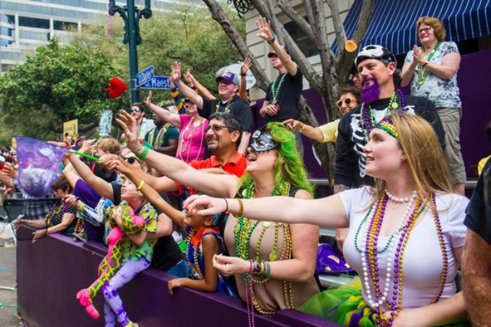 Mardi Gras Karneval feiern auf Amerikansich Zuschauer Touristen warten aus zugeworgene Perlenpetten
