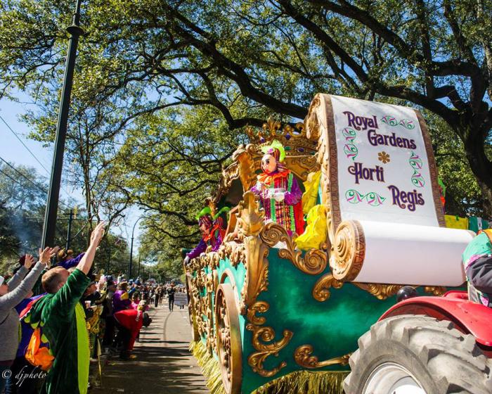 Mardi Gras Karneval feiern auf Amerikansich kunterbunt festliche Umzüge durch die Straßen von New Orleans