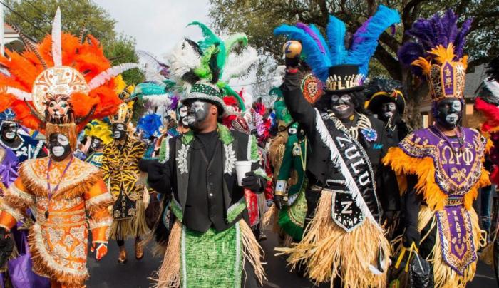 Mardi Gras Karneval feiern auf Amerikansich verkleidet bunte Masken festlicher Umzug durch die Straßen von New Orleans
