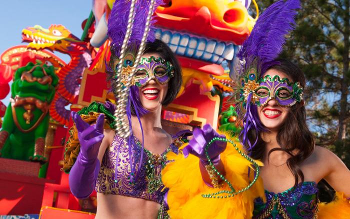 Mardi Gras Karneval feiern auf Amerikansich zwei Frauen verkleidet klassische Farben Violett Goldgelb Grün