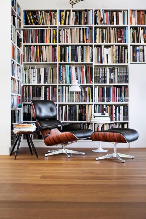 Moderne Hausbibliothek Bücherregale bequemer Sessel Beistelltisch Hocker Gemütlichkeit pur
