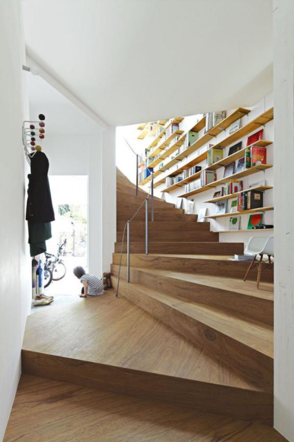 Moderne Hausbibliothek Bücherregale im Treppenhaus sehr cooler Look