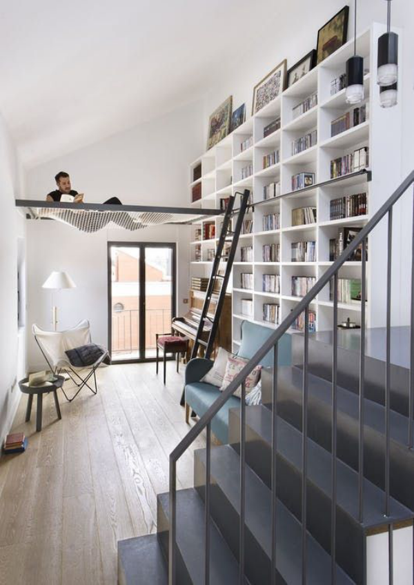 Moderne Hausbibliothek Hängematte Treppe weißes Ambiente super modern