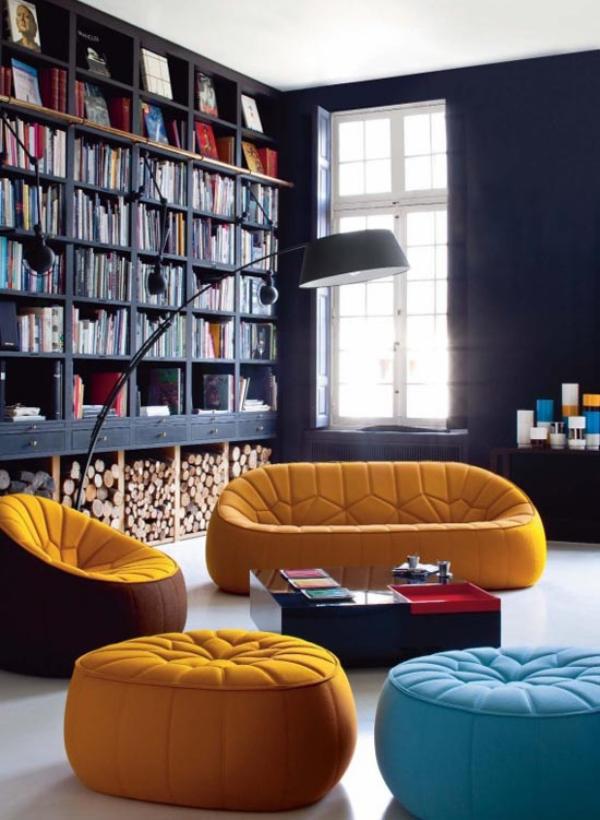 Moderne Hausbibliothek Sitzmöbel in grellen Farben Bogenlampe schickes Raumdesign