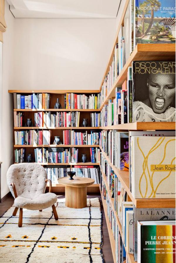 Moderne Hausbibliothek als Raumteiler dienen super schicke Gestaltungsidee