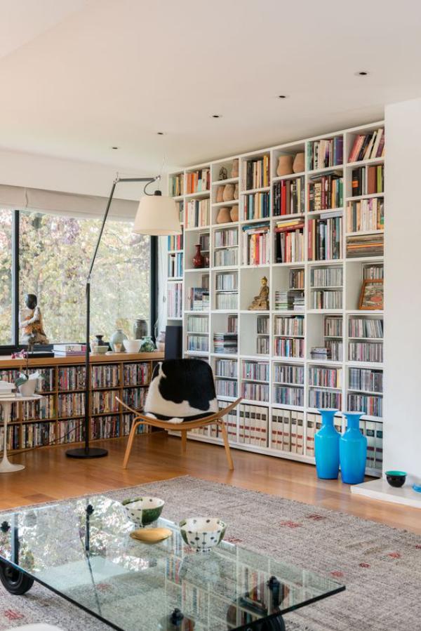 Moderne Hausbibliothek ansprechende Raumatmosphäre viel natürliches Licht auch Stehlampe da