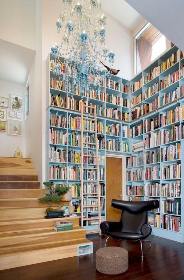 Moderne Hausbibliothek- dafür jede freie Wand nutzen auch neben der Treppe
