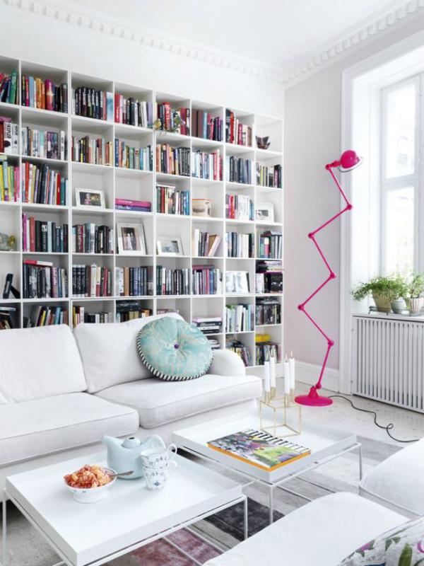 Moderne Hausbibliothek einladendes Ambiente in Weiße kleine bunte Akzente