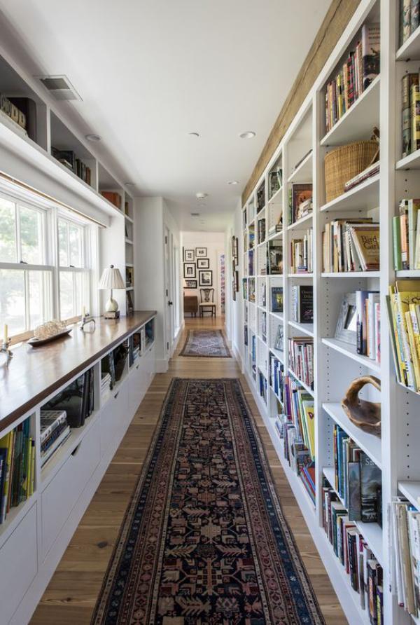 Moderne Hausbibliothek enger langer Raum viel Licht Fenster links Läufer auf dem Boden