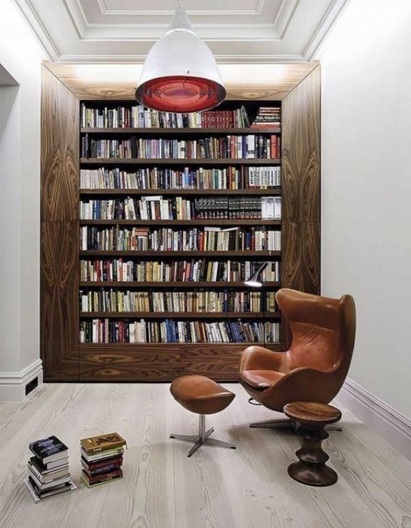 Moderne Hausbibliothek klassische Bücherwandgestaltung Ledersessel vorne