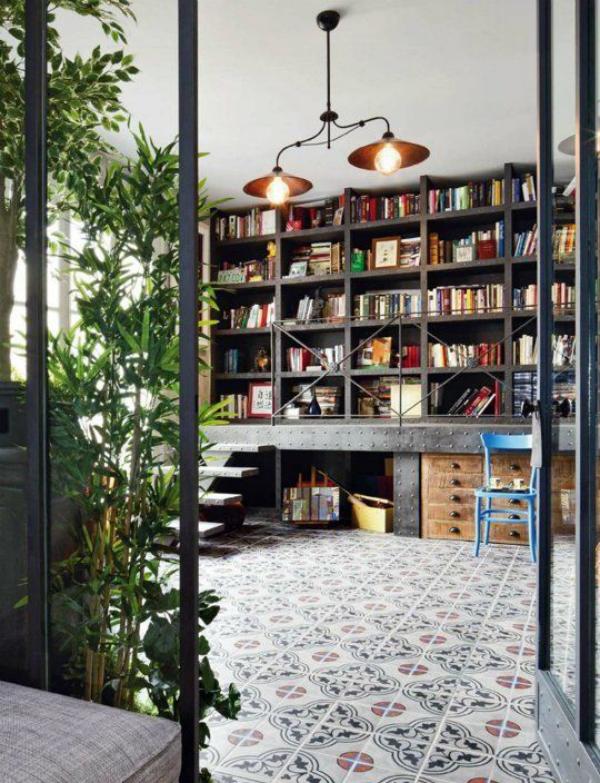 Moderne Hausbibliothek klassisches Raumdesign viele Grünpflanzen ansprechende Atmosphäre