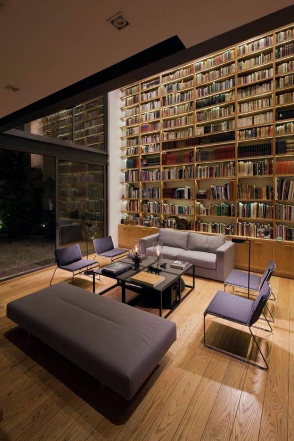 Moderne Hausbibliothek schicke Raumatmosphäre künstliches eingebautes Licht Akzente