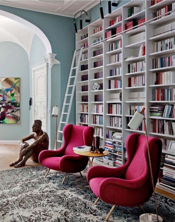 Moderne Hausbibliothek schickes Design Sessel in Weinrot Skulptur Leiter