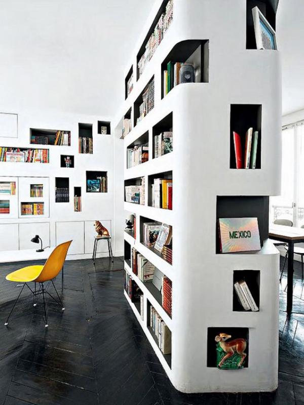 Moderne Hausbibliothek schickes Design weiße Regale ansprechende Atmosphäre