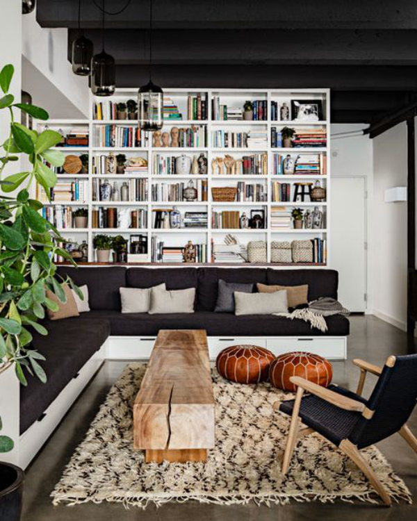 Moderne Hausbibliothek zwischen Klassik und Romantik gemütliches Ambiente Lederpuffs grüne Zimmerpflanze