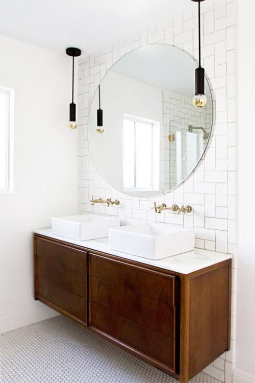 Modernes Licht im Bad Doppelwaschtisch runder Wandspiegel zwei Hängeleuchten schickes Design