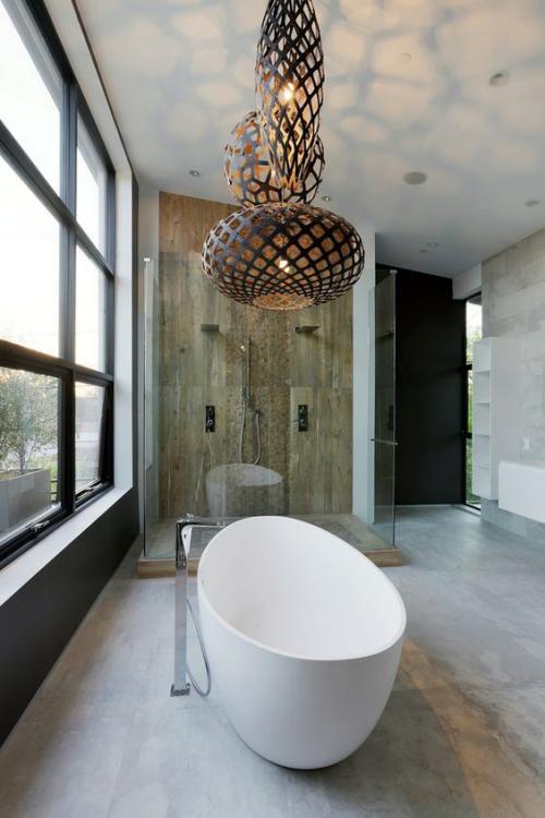 Modernes Licht im Bad großer Raum Kronleuchter über der Badewanne märchenhafte Atmosphäre