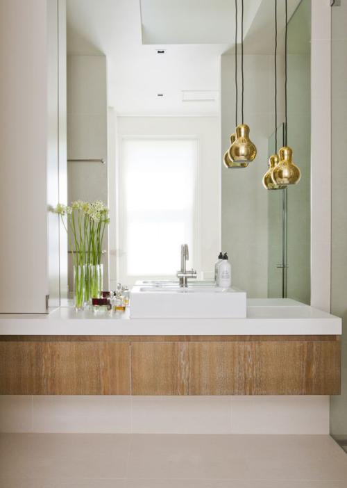 Modernes Licht im Bad großer Wandspiegel Pendelleuchten unterschiedliche Höhe goldener Glanz schickes Design