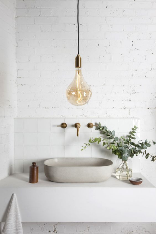 Modernes Licht im Bad minimalistisches Design mit Touches in Industrial Style