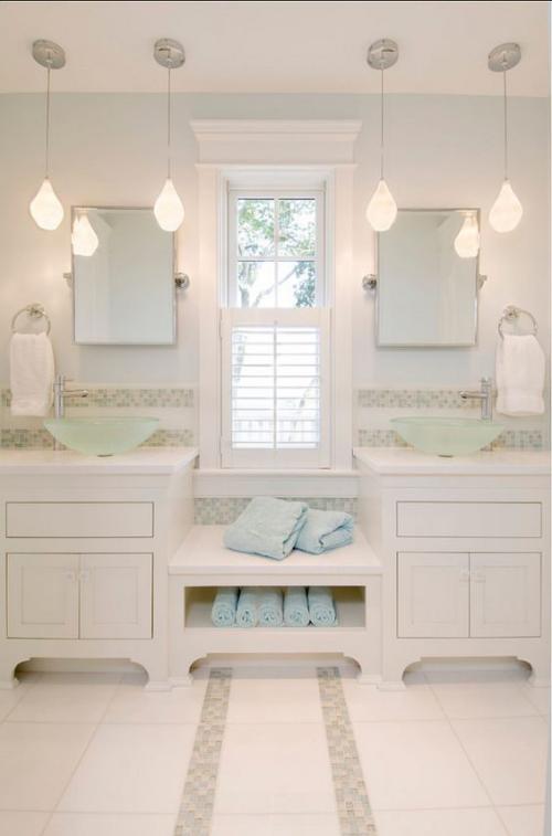 Modernes Licht im Bad schicke Hängeleuchten großer Spiegel weiche Badetücher ein definitives Spa Feeling