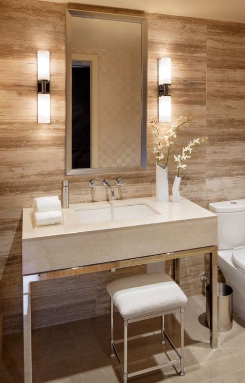 Modernes Licht im Bad schicke Wandleuchten beiderseits des Waschtisches angenehme Atmosphäre