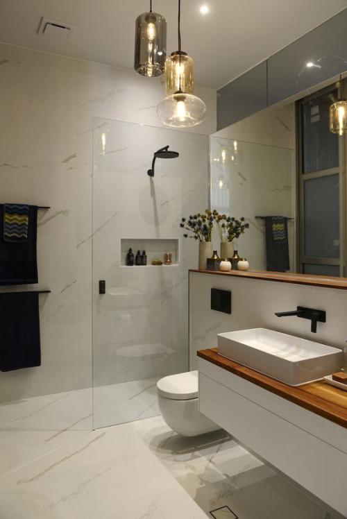 Modernes Licht im Bad schickes Baddesign großer Raum clever ausgesuchte Badbeleuchtung