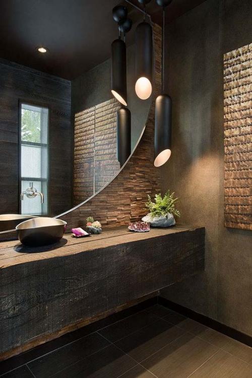 Modernes Licht im Bad stilvolles Design Brauntöne großer Spiegel Hängeleuchten