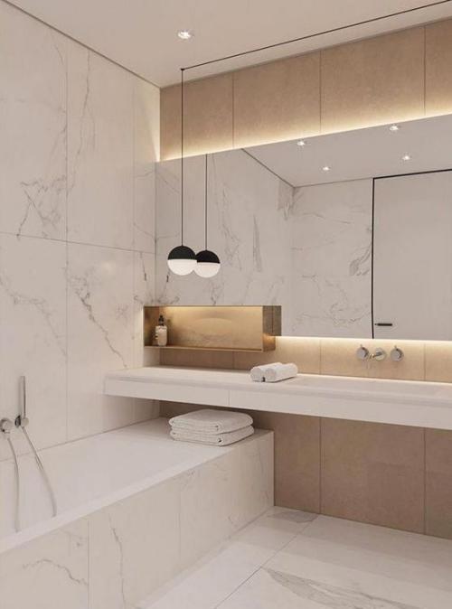 Modernes Licht im Bad viel Marmor indirekte Beleuchtung schicke Atmosphäre