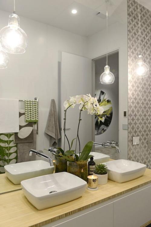 Modernes Licht im Bad weiße Orchidee schicke Pendelleuchten großer Wandspiegel