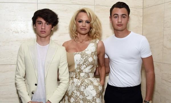 Pamela Anderson - tolles Bild mit Familie