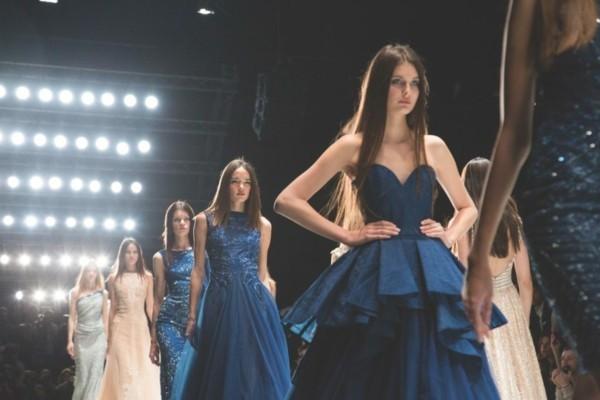 Pantone Farbe des Jahres 2020 Mode Trends Dunkelblau