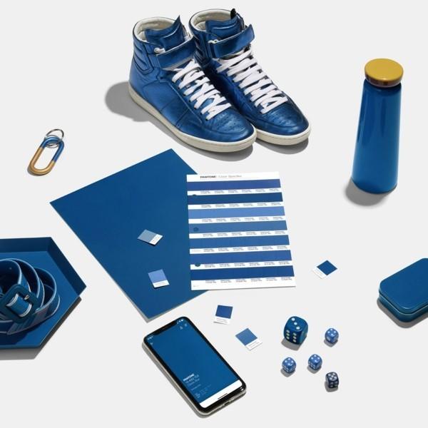 Pantone Farbe des Jahres 2020 klassisches Blau Classic Blue Turnschuhe