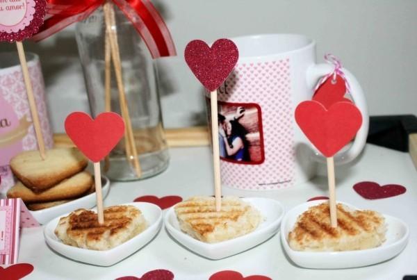 Romantische Tischgestaltung Waffeln Valentinstag Frühstück