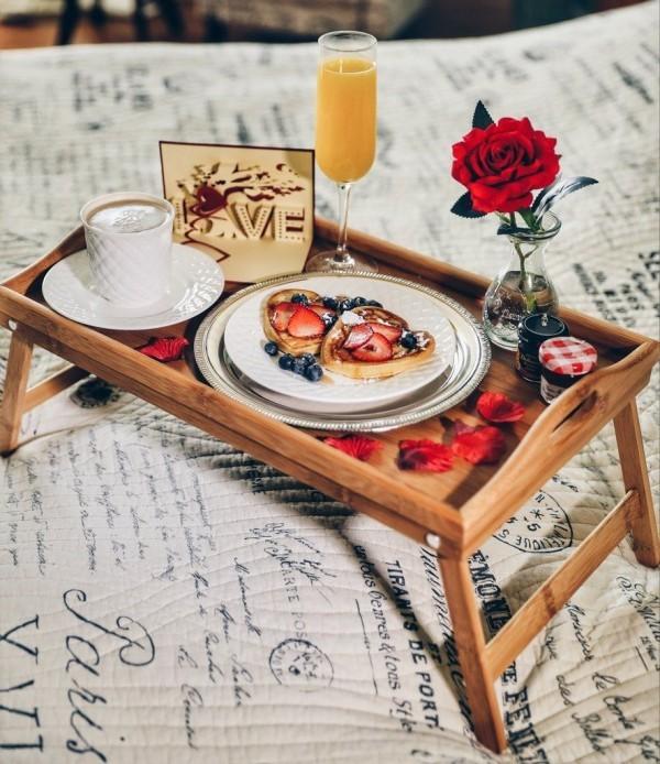 Tolles Tablett mit Getränken Valentinstag Frühstück