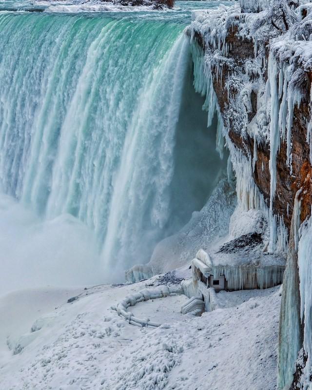 Winterwunderland Niagara Falls im Winter zugefrorenes Wasser zahlreiche Eiszapfen