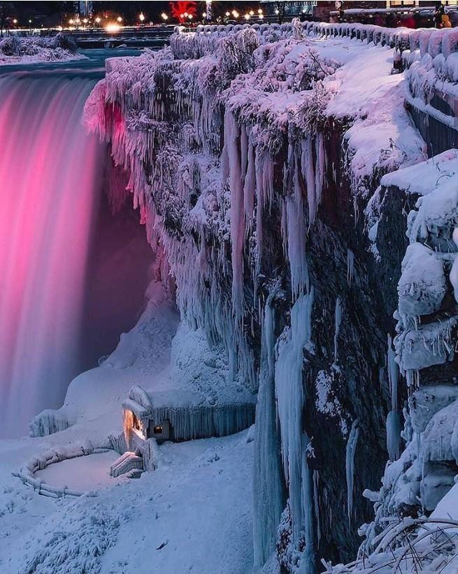 Winterwunderland Niagara Falls tags-und nachtsüber wunderschön