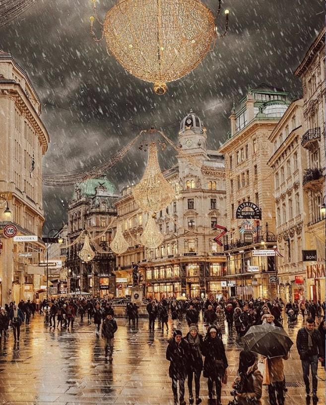 Winterwunderland Wien Österreich nasse Straßen durchqueren bei Minus Grad Temperaturen