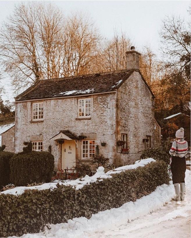 Winterwunderland altes verfallenes Häuschen in Somerset England