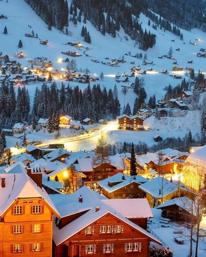 Winterwunderland viel Schnee Lichter Alpendorf Adelboden in der Schweiz im Winter