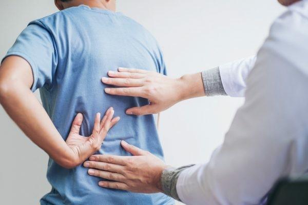 Witwenbuckel Übungen Kyphose diagnostizieren Wirbelsäule Krankheiten