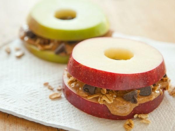 erdnüsse gesund frühstücksidee mit äpfeln