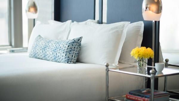 gästezimmer einrichten dezente farben frische blumen