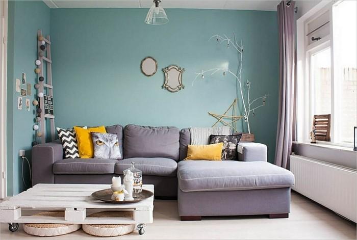 graues sofa brüne wand gemütliches wohnzimmer