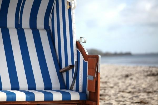 strandkorb am strand gestreift