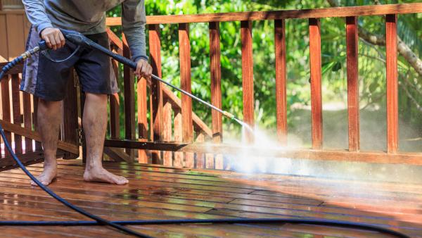 Alles mit Wasser besrpuehen - Terrassenplatten reinigen