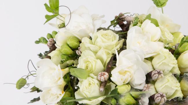Bei verschiedenen feierlichen Anlässen, vor allem bei Hochzeiten, gestaltet man schöne Tischdeko mit zarten weißen Blumen.