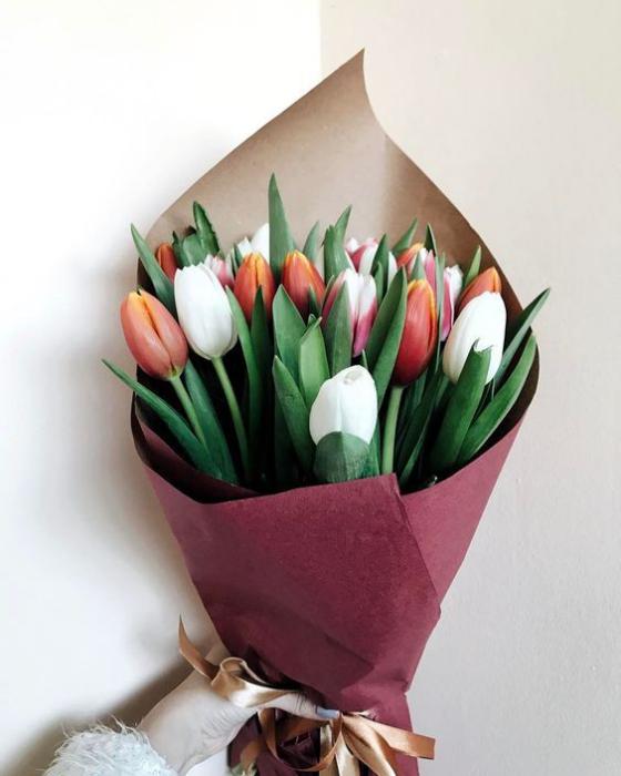 Blumen zum Valentinstag Tulpen in Weiß und Rot schöner Strauß zum Fest der Liebe