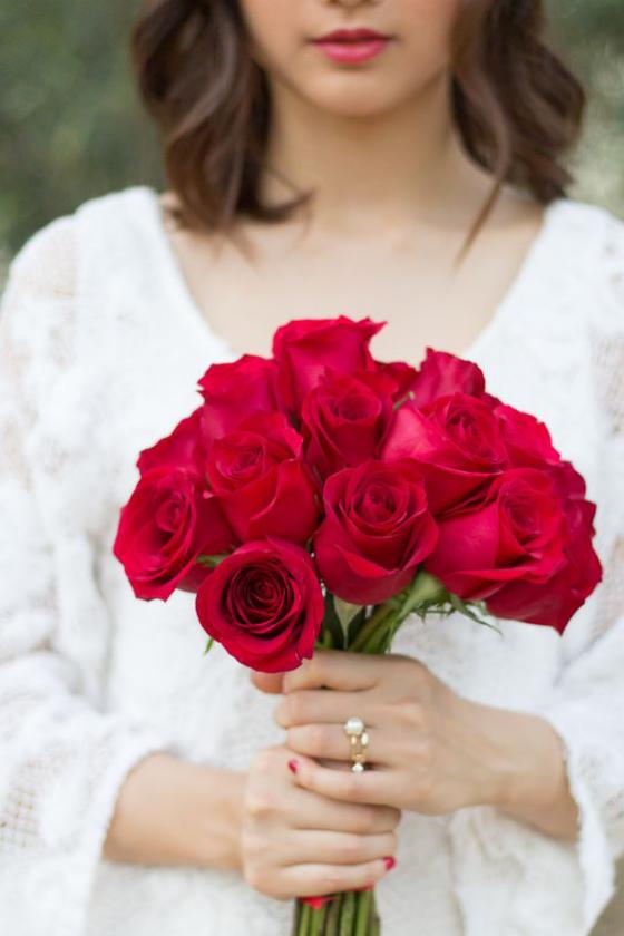 Blumen zum Valentinstag schöner Strauß rote Rosen sagen mehr als tausend Worte